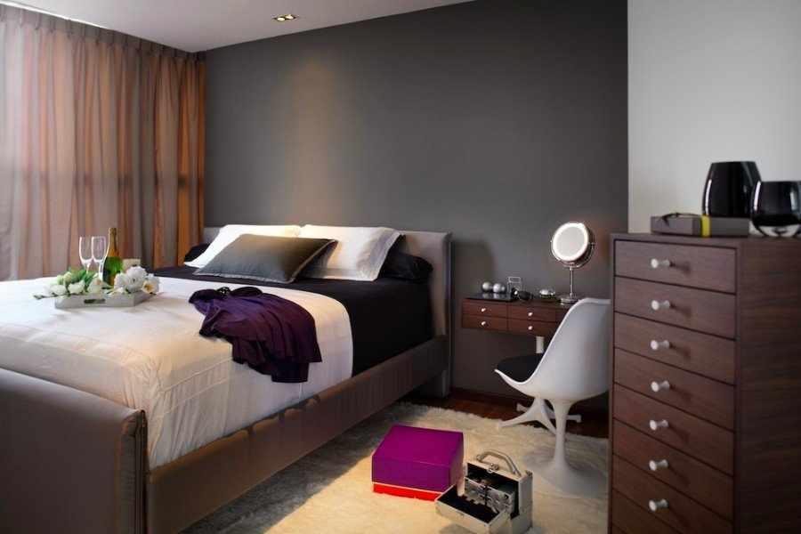 Серые стены и коричневая мебель в интерьере