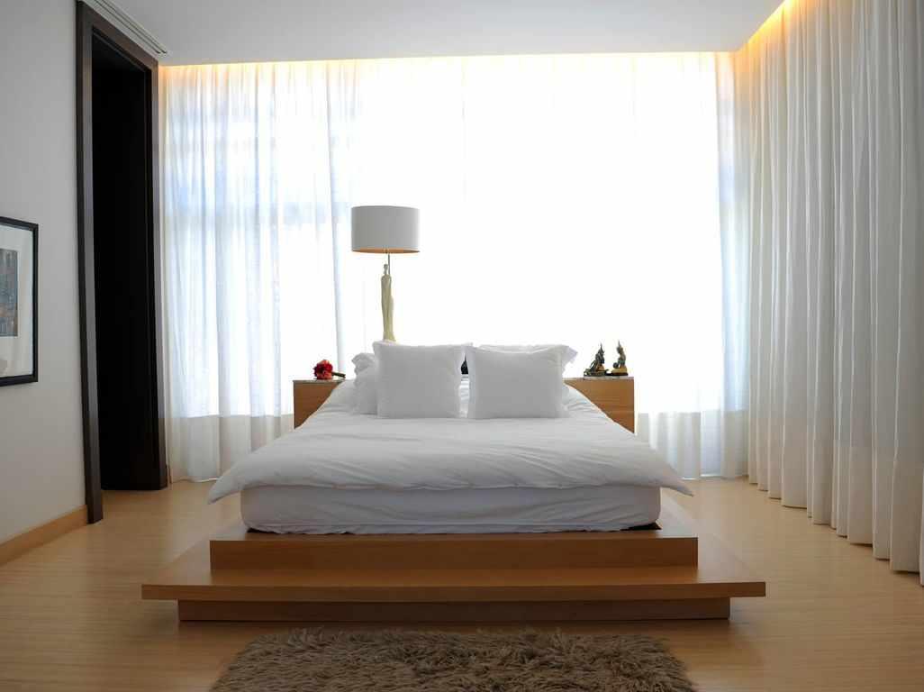 Белый торшер у кровати