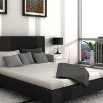 Черные подушки на кровати