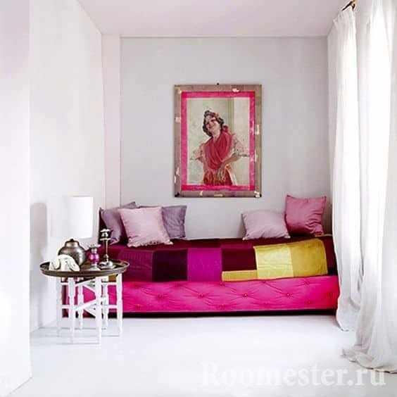 Уютное светлое спальное место в комнате