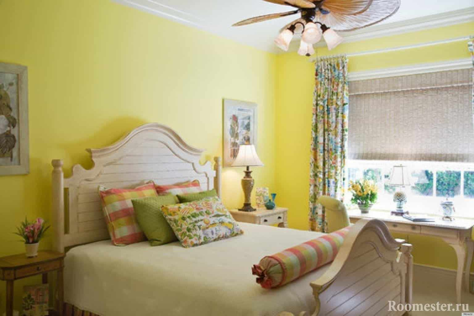 Желтые стены в спальне