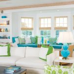 Белый интерьер с голубыми и салатовыми элементами декора