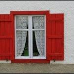 Окна с наличниками и ставнями