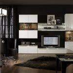 Сочетание темных стен и светлой мебели