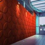 Красная стена в синем интерьере