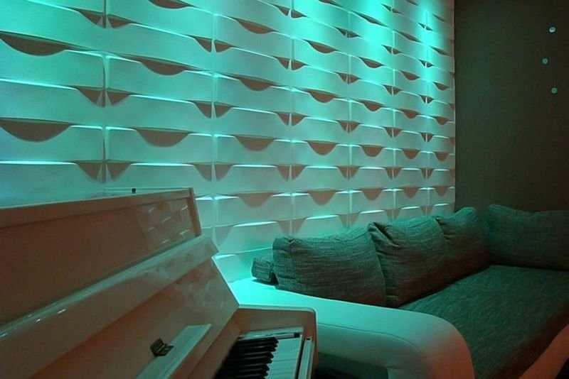 Пианино рядом с диваном