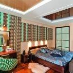 Яркие обои в стиле 60-х в дизайне спальни