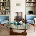 Голубые кресла воле журнального столика