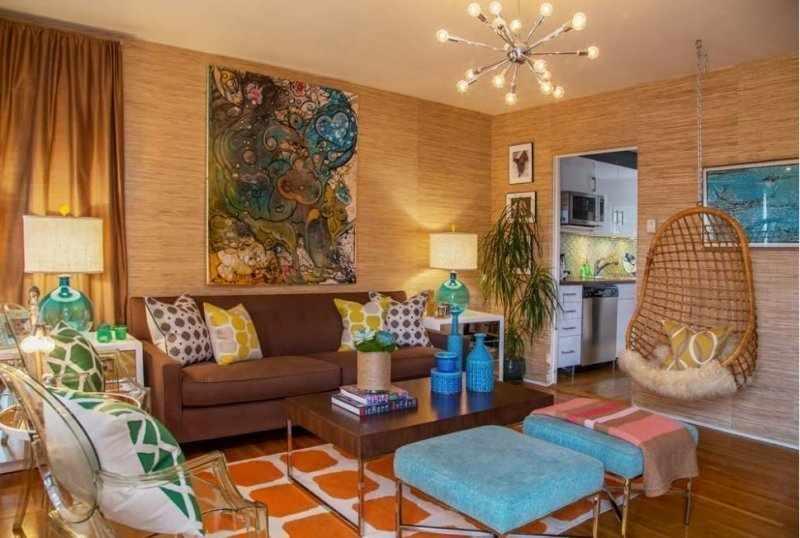 Картина в винтажном стиле на стене гостиной