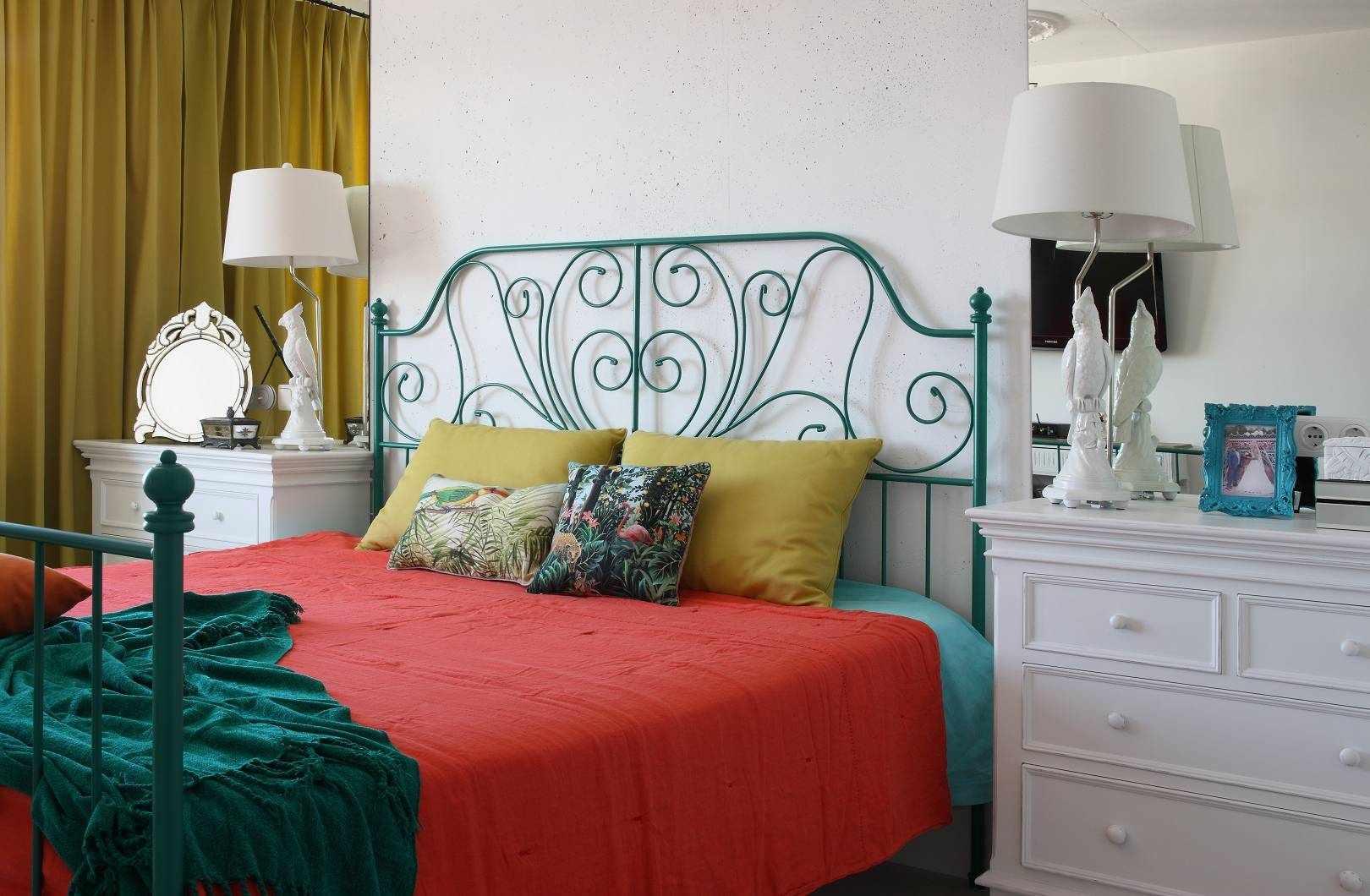 Спальня с кроватью в стиле 60-х