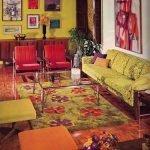 Комната с зеленым диваном и красными креслами