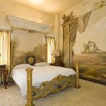 Расписные стены в спальне