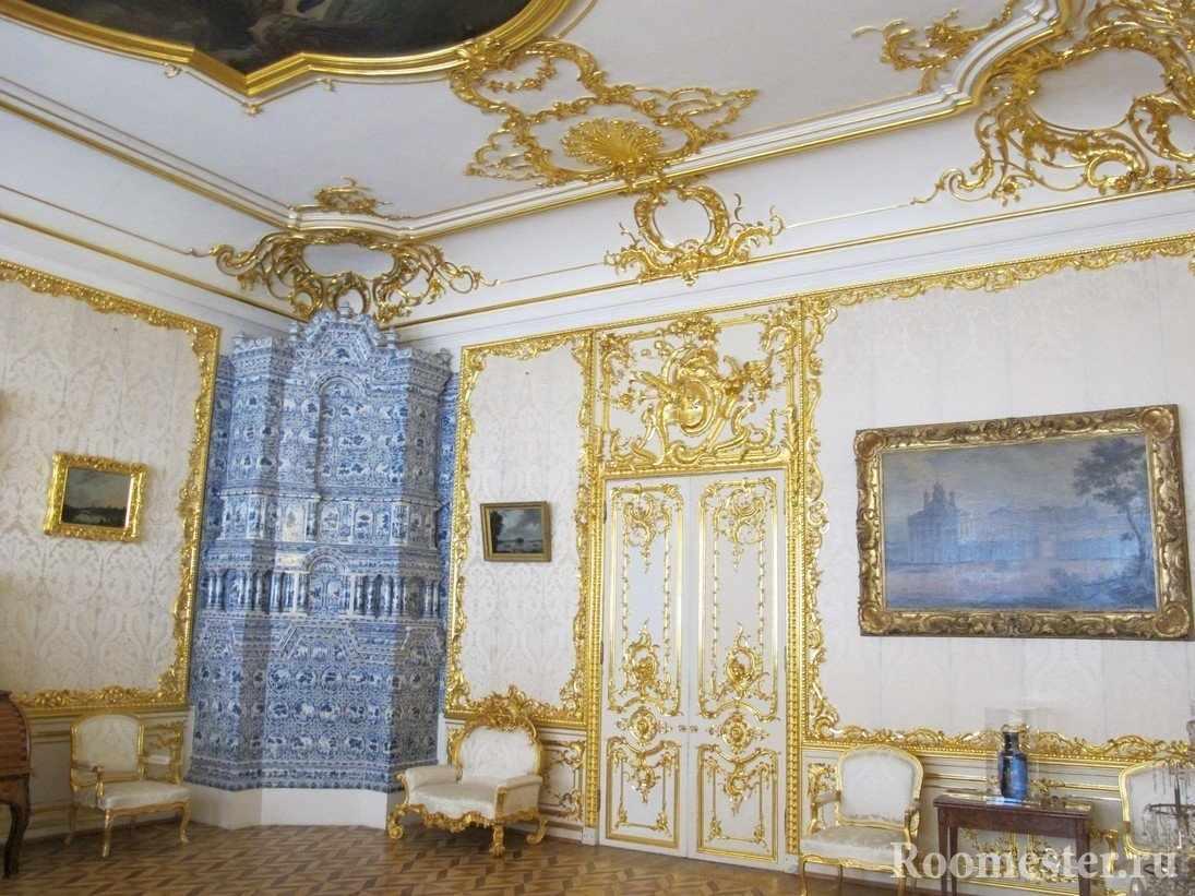 Белый интерьер комнаты с золотыми узорами