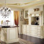 Белая мебель с золотыми узорами на кухне