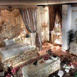 Спальня с богатым интерьером