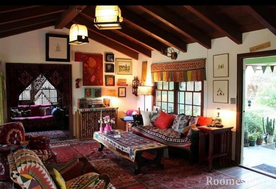 Потолок с деревянными балками в интерьере