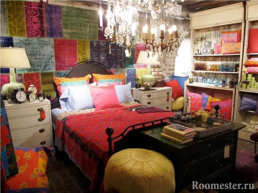 Спальня с яркими элементными интерьера