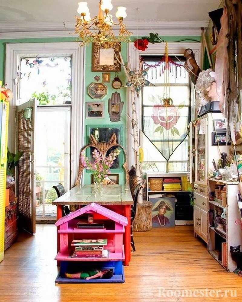 Комната с картинами на стенах