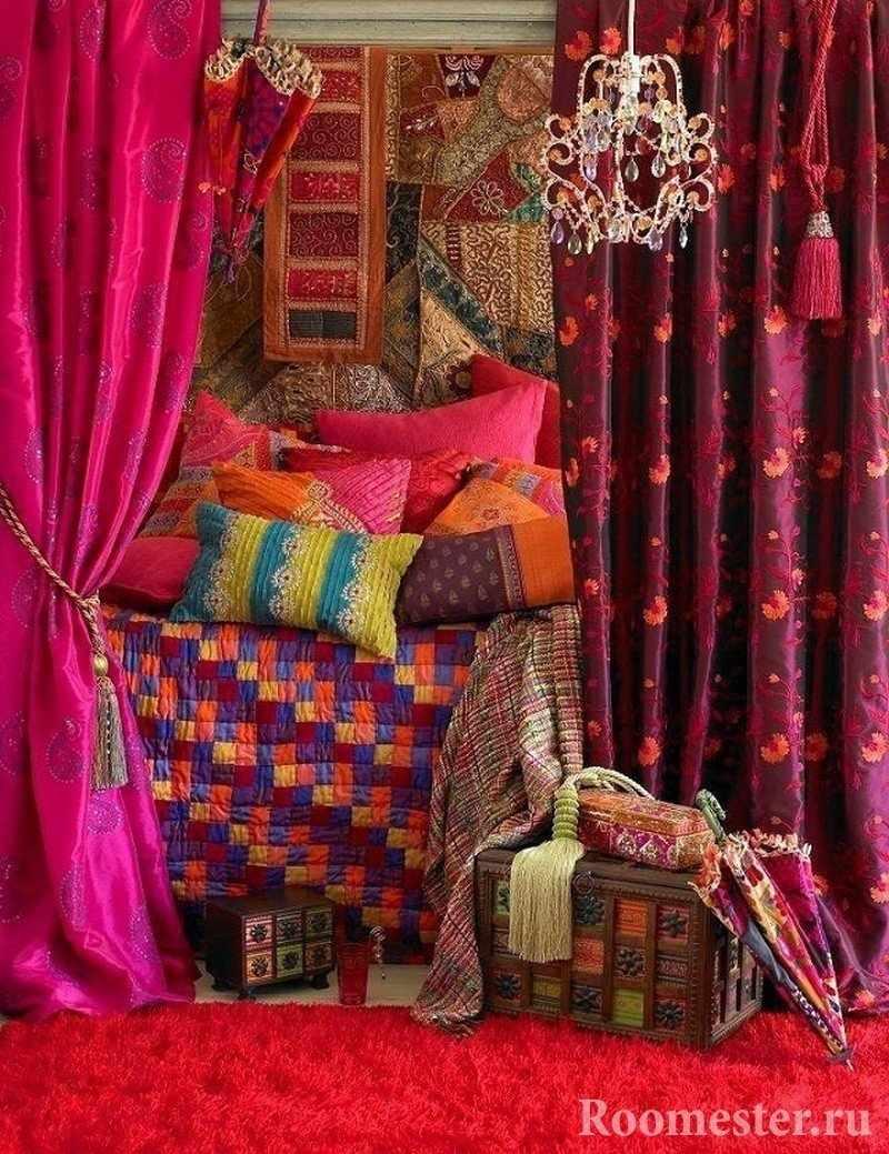 Разноцветные подушки на кровати