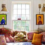 Картины с лампами на стене у окна