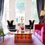 Бордовый диван и черные кресла в интерьере
