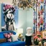 Картина с девушкой над диваном