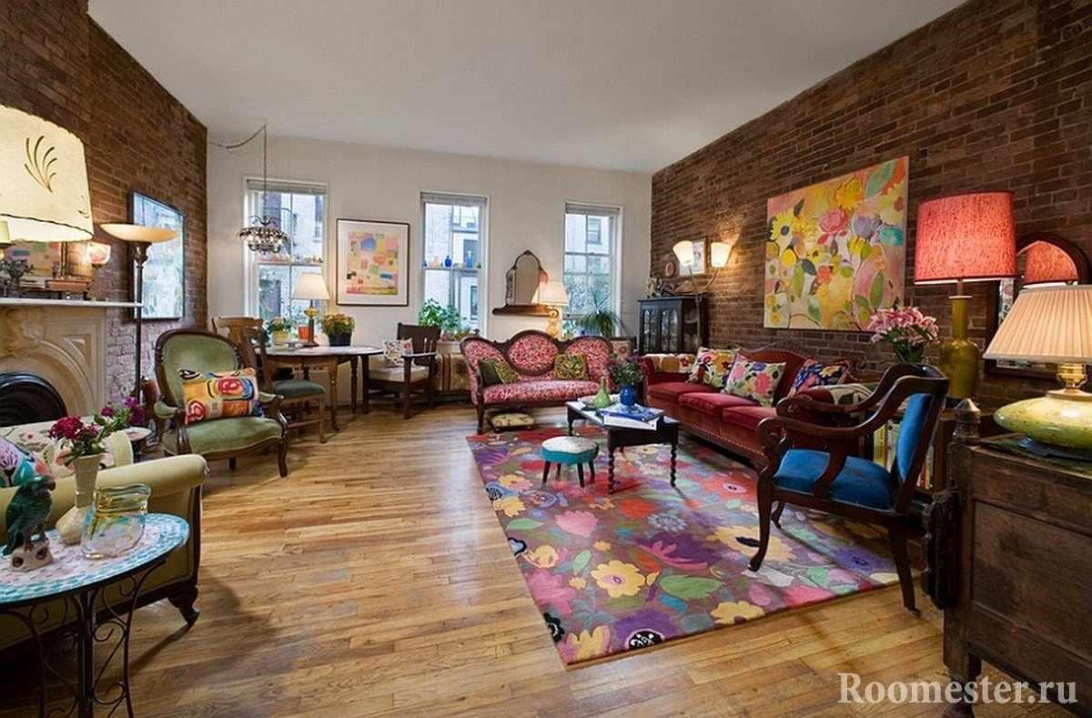 Стены с декором под кирпич и яркая мебель
