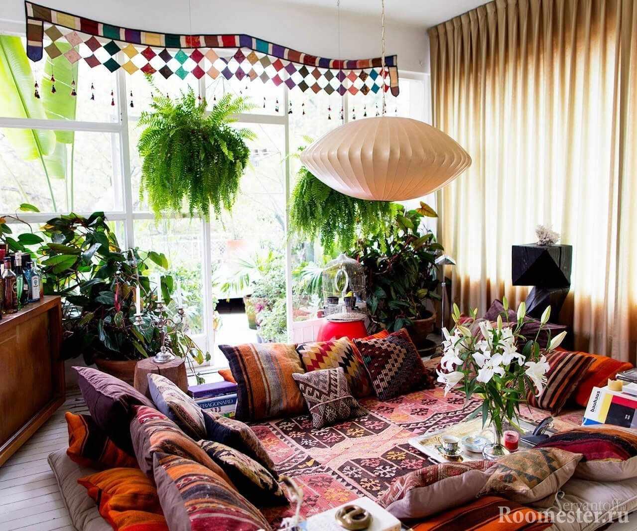 Разноцветные подушки на полу в комнате