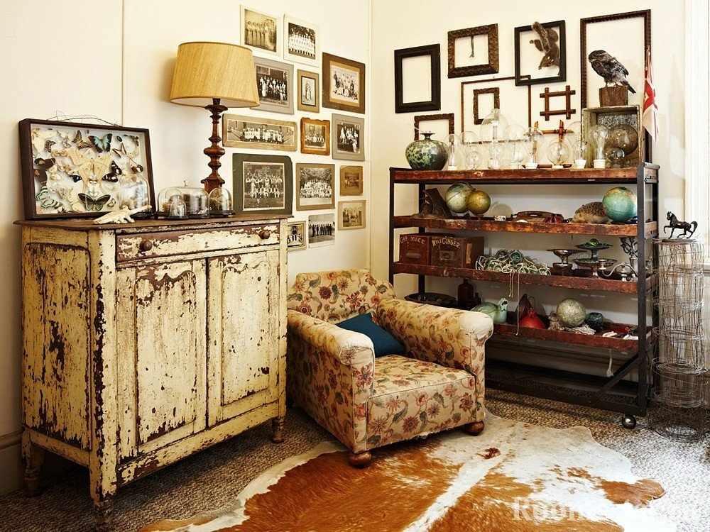 Старые фотографии на стене над креслом