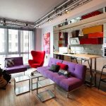 Сиреневые диваны и красное кресло в комнате