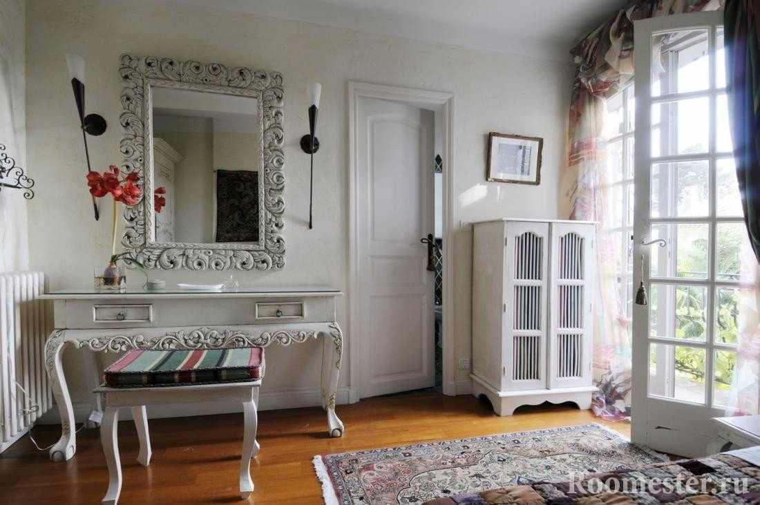 Столик и стул у зеркала на стене