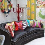 Черный диван с цветными подушками
