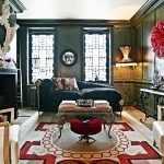 Красно-белый ковер на полу в гостиной