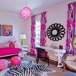 Яркие шторы в интерьере спальни