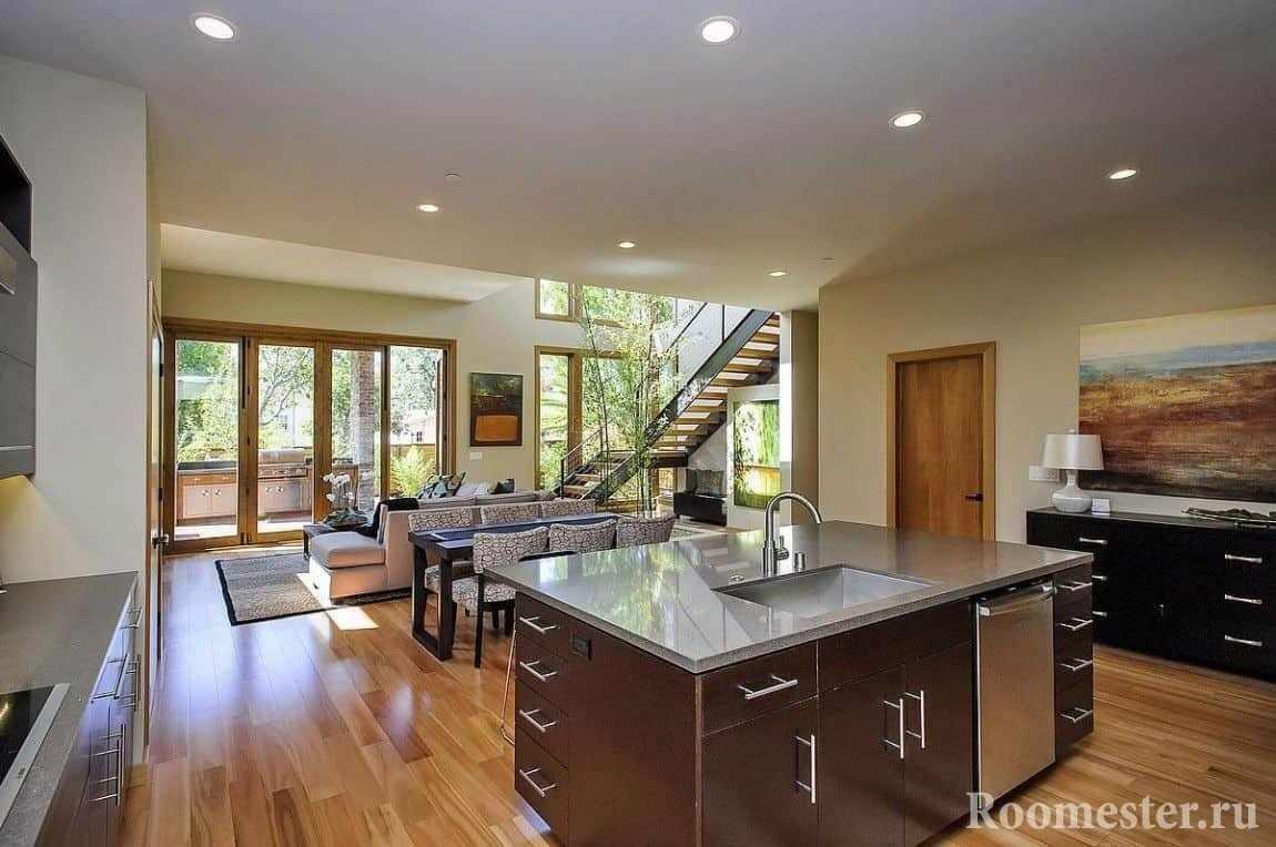 Открытое пространство гостиной и кухни в стиле контемпорари