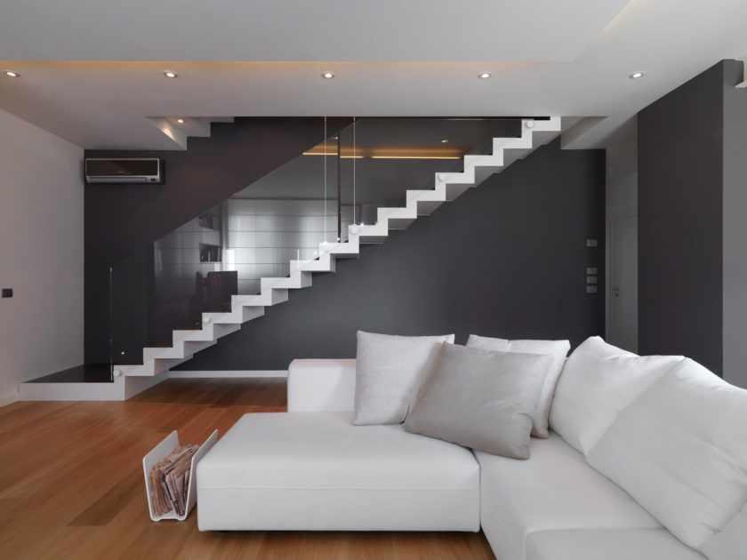 Светлый потолок в интерьере в стиле минимализм