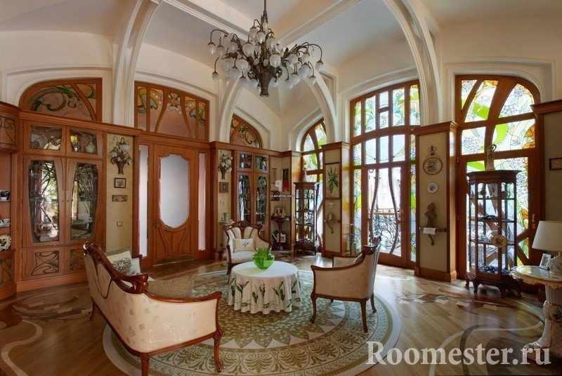 Комната со старинной деревянной мебелью