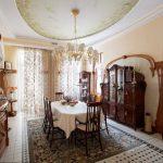 Комната со старинным комодом