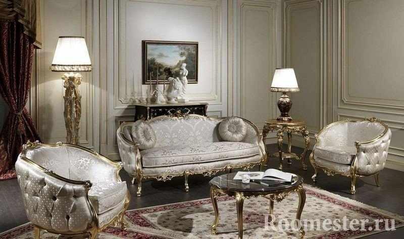 Комната с роскошной светлой мебелью и позолотой
