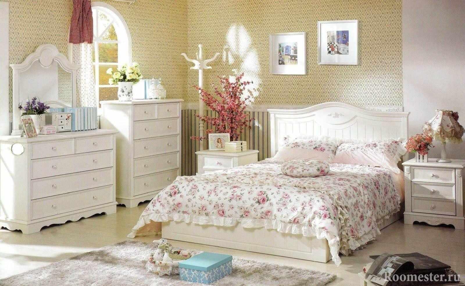 Желто-розовая спальня