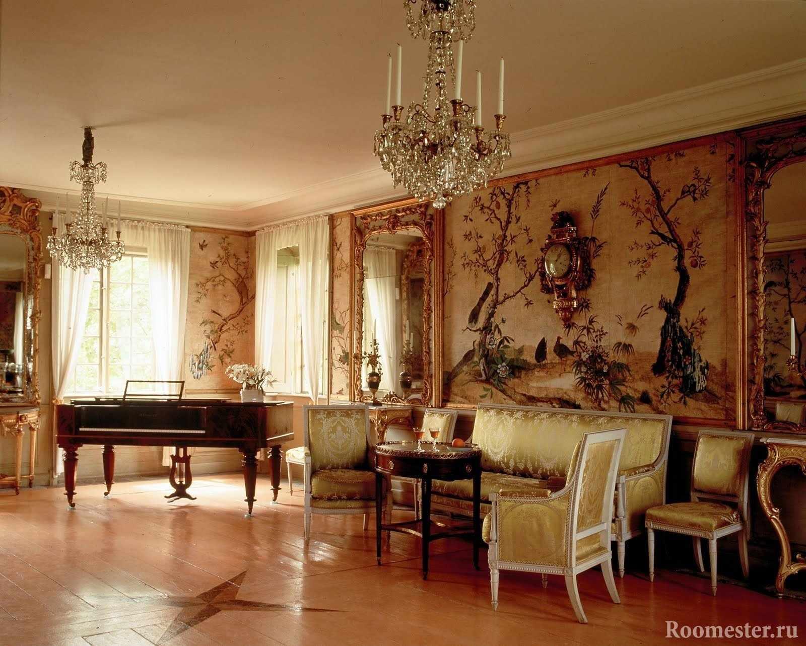 Пианино в зале у окна