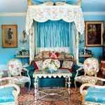 Столик с креслами возле кровати
