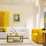 Желтые акценты в светлой гостиной