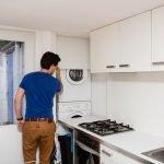 Стиральная машинка в помещении кухни