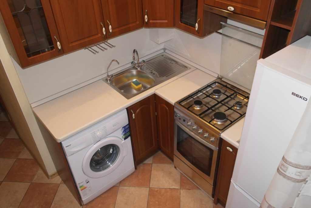 Стиральная машинка в маленькой кухне