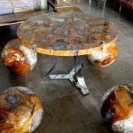 Шарообразные стулья вокруг стола