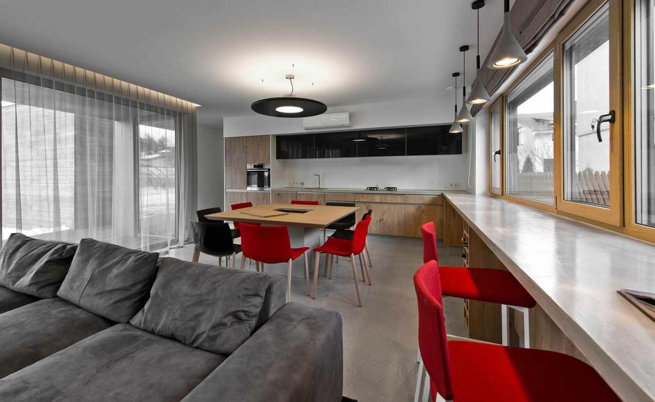 Светлый стол-подоконник в интерьере
