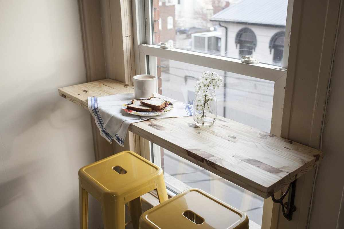 Обеденный стол-подоконник в интерьере