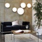 Круглые светильники на бетонной стене