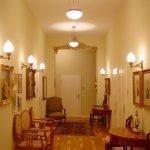 Светильники и картины на стенах коридора